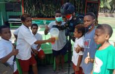 Prajurit TNI Bagikan Minuman Sehat Bergizi Untuk Anak-Anak Papua - JPNN.com