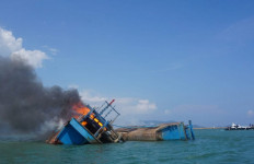 Lihat, Kapal Pencuri Ikan Berbendera Malaysia Ditenggelamkan, Dua Sekaligus - JPNN.com