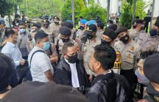 Pendukung Habib Rizieq Sudah Berkumpul, Pengacara Tak Bisa Masuk, Ada Neno Warisman - JPNN.com