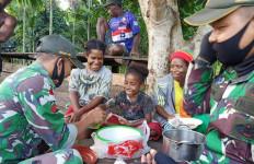 Keren, Prajurit TNI Ajari Mama-Mama di Papua Tentang Cara Membuat Kue - JPNN.com