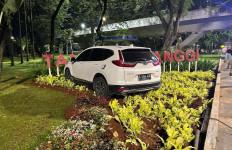 Mobil Honda CRV Oleng di Jalan Jenderal Sudirman, Begini Jadinya - JPNN.com