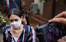 Istri Lukman Sardi Menghadiri Sidang Gugatan Cerai Wulan Guritno - JPNN.com