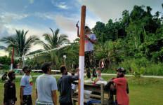 Keren, Personel TNI Membangun Sarana Olahraga di Papua - JPNN.com