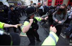 Demo soal RUU di Bristol Ricuh, Boris Johnson Dukung Kepolisian - JPNN.com