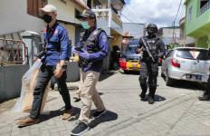 Rumah Pelaku Bom Gereja Katedral Makassar Digeledah, Lihat, Densus Amankan Sejumlah Barang - JPNN.com