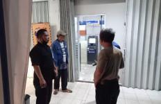 2 Orang Masuk ke Kantor Bank, Sambil Menenteng Senjata Api - JPNN.com