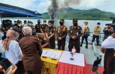 Kejaksaan Agung Tenggelamkan 10 Kapal Pencuri Ikan Berbendera Vietnam - JPNN.com
