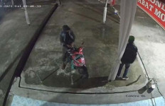 Terekam CCTV, Kawanan Pencuri Gasak Blower AC, Nih Orangnya - JPNN.com