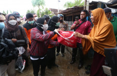 Respons Cepat Arahan Presiden Jokowi, Mensos Tri Rismaharini Sudah Mendarat di NTB - JPNN.com