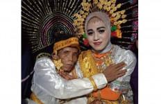 Perjaka 58 Tahun Menikahi Gadis Berusia 19, Malu-Malu, Sebegini Maharnya - JPNN.com
