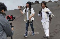 Siapkan Lagu Religi, Cak Sodiq dan Royke Syuting di Bromo - JPNN.com