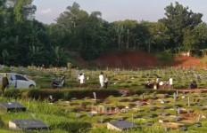 Tak Hanya Pemakaman Umum, TPU Khusus Jenazah Covid-19 Juga Ramai Didatangi Peziarah - JPNN.com