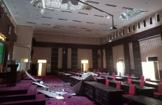 Selain Rumah Sakit, Atap Gedung DPRD Blitar Juga Runtuh Akibat Gempa Malang - JPNN.com