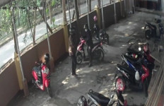2 Orang Berbaju Batik ala Pegawai Pemerintah Berbuat Terlarang, Ismaya jadi Korbannya - JPNN.com