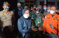 Tidak Kenal Lelah, Pulang dari NTT, Mensos Risma Langsung Menemui Korban Gempa Malang - JPNN.com