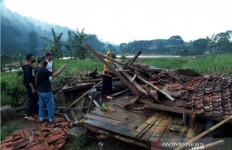 Berteduh Saat Hujan, 2 Petani Meninggal, 4 Luka Tertimpa Bangunan Ambruk - JPNN.com