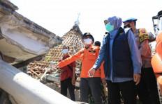 Bu Khofifah Santap Nasi Bungkus Bersama Para Korban Gempa, Ini Pesannya - JPNN.com