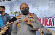 TNI dan Polri Kontak Tembak dengan KKB, Irjen Fakhiri: Warga yang Mengungsi Sudah Kembali - JPNN.com