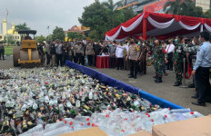 Irjen Nico Afinta dan Kiai Agoes Ali Masyhuri Melemparkan Botol Miras, Praaak! - JPNN.com