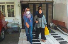 Emak-Emak jadi Buronan, Tak Berdaya saat Dijemput Jaksa - JPNN.com