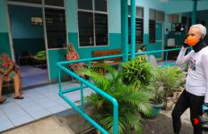 Ganjar Menghabiskan Waktu di Panti Jompo Sebelum Berbuka Puasa - JPNN.com