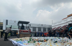 Hari Pertama Puasa, Polrestabes Surabaya Gilas 4 Ribu Botol Miras - JPNN.com