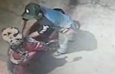 Lihat, Aksi Pemuda Ini Terekam CCTV Menggasak Sepeda Motor - JPNN.com