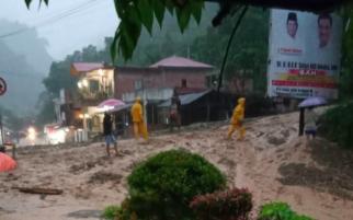 Diterjang Banjir Bandang, Jalan Kerinci - Bangko Tertimbun Lumpur dan Batu
