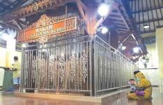 Makam Syekh Jumadil Kubro Seperti Terangkat, Tak Ada Alat Berat yang Bisa Meratakan - JPNN.com