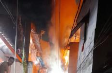 Sebuah Rumah di Tambora Terbakar, 20 Unit Branwir Dikerahkan - JPNN.com