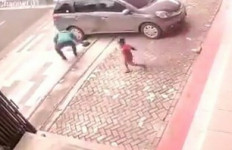 Secepat Kilat, Pria ini Sikat Tas yang Terjatuh depan Toko - JPNN.com