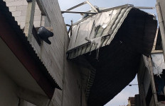 Atap Rumah Warga di Cipayung Terbang Akibat Angin Kencang, Lihat Nih Fotonya - JPNN.com
