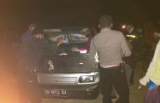 Mobil Pikap Terparkir di Jalan, Warga Penasaran, Setelah Didekati, Astaga.. - JPNN.com