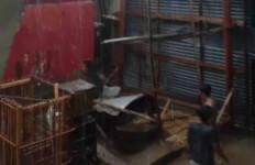 Diterjang Angin Puting Beliung, Puluhan Rumah Warga Baturaja Barat Rusak Berat - JPNN.com