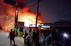 Gudang Mebel dan Dua Kendaraan di Cakung Ludes Terbakar, Diduga Karena Petasan - JPNN.com