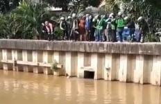 Panik Digeruduk Warga, Pria Diduga Debt Collector Menceburkan Diri ke Sungai - JPNN.com