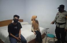 2 Wanita dan 3 Pria Digerebek dalam Satu Kamar Hotel, Petugas Temukan Kondom, Hmmm - JPNN.com
