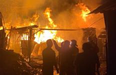 Kebakaran Besar Melanda Gudang Bingkai di Kembangan, Lihat Tuh Apinya - JPNN.com