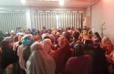 Tak Jaga Jarak dan Saling Dorong, Pembagian BLT di Sidoarjo Dibubarkan Polisi - JPNN.com