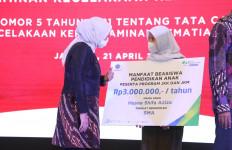 Menaker Ida Serahkan Beasiswa kepada Anak Ahli Waris Peserta BPJS Ketenagakerjaan - JPNN.com