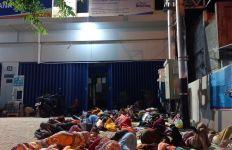 Demi BLT UMKM, Warga Rela Tidur dan Makan Sahur di Depan Bank - JPNN.com