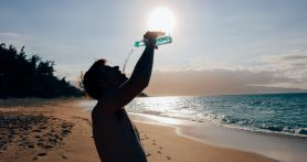 Bisa Sebabkan Gagal Ginjal, Ini Lho 4 Bahaya Minum Air Sambil Berdiri