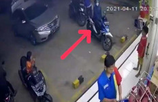 Sepeda Motor Mbak Yuni Digasak Maling, Tuh Pelakunya Terekam CCTV - JPNN.com
