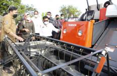 Tindak Lanjut Kunjungan Kerja Jokowi, Mentan Serahkan Bantuan Alsintan di Indramayu - JPNN.com