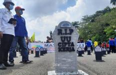Hari Buruh: Usai Rapid Test, Demonstran di Patung Kuda Memasang Batu Nisan - JPNN.com