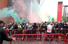 Fan Mengamuk di Old Trafford, MU Vs Liverpool Ditunda - JPNN.com