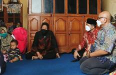 Anak-anak Almarhum Letda Laut (T) Rintoni Menerima Tabungan Rp 100 Juta - JPNN.com
