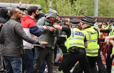 Kerusuhan di Old Trafford, Polisi Terluka, Poin MU Terancam Dikurangi - JPNN.com