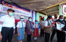Mensos Mendampingi Menko PMK Monitoring dan Serahkan Bantuan Bagi Para Korban Bencana di NTT - JPNN.com