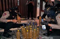 Nekat Jual Miras Oplosan di Bulan Puasa, DN Langsung Dijemput Polisi, Tuh Lihat - JPNN.com